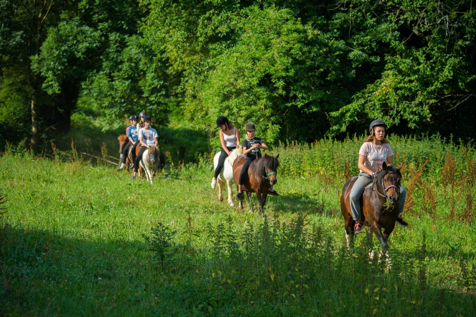 balade poney ; centre de vacances ; colonie de vacances ; monte à cru ; respect animal ;